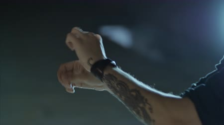 браслет : 4K Close up shot of hands with tattoos making choreographic moves Стоковые видеозаписи