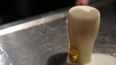 паб : cut glass of beer in the pub