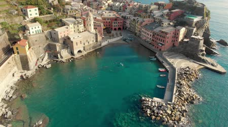 Лигурия : Aerial view of Vernazza, the famous Cinque Terre town, Liguria, Northern Italy