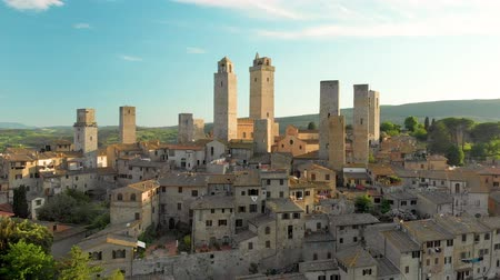 シエナ : Aerial view of San Gimignano and its medieval old town with the famous towers