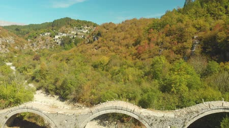 icônico : Aerial view of Plakidas arched stone bridge of Zagori region in Northern Greece