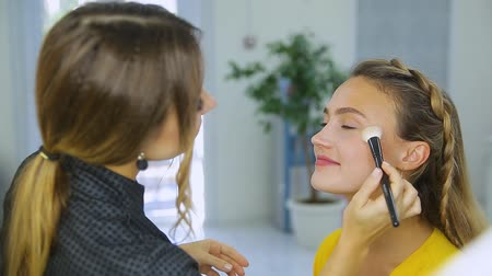 Maskenbildner macht Frau Make-up