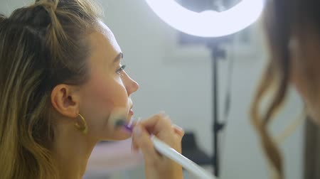 make-up artiest doet make-up voor de vrouw