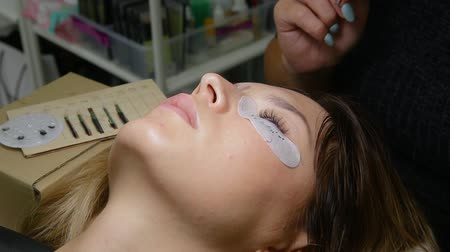 szempillák : Eyelash Extension Procedure. Woman Eye with Long Eyelashes.