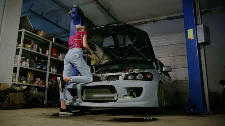 overall : girl in the garage Stock Footage