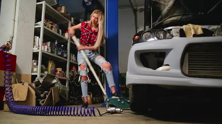 pneumatic : sexy blonde girl jacks up in the garage