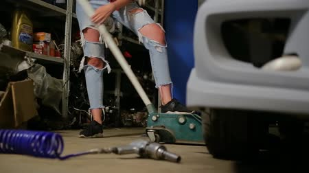 hydraulické : sexy blonde girl jacks up in the garage