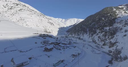 Top view of the mountain village in winter. Drone Aerial Flight in the mountains in winter. Stockvideo