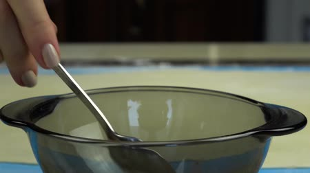 manifatura : Slow motion footage. Pours sugar into the bowl