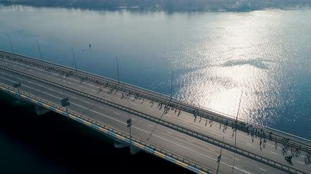 escala : Marathon running on the bridge. Dolly shot