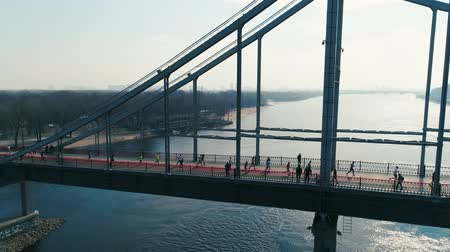 escala : Marathon running on the footbridge. Panorama view shot Vídeos