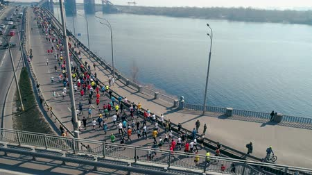 escala : Marathon running on the turn to the bridge.