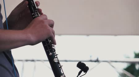 dyrygent : Slow motion. Musician plays the clarinet at a music festival Wideo