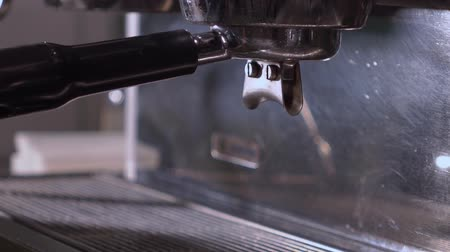 koffieboon : Close-up Van Een Machine Koffie Maken.