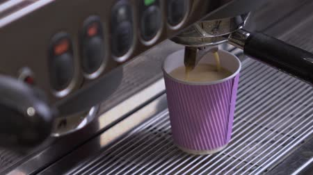 grãos de café : Coffee machine making double espresso in paper cup
