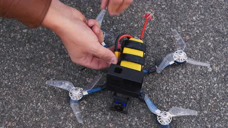 gerir : FPV drone pilot connects battery to drone Vídeos