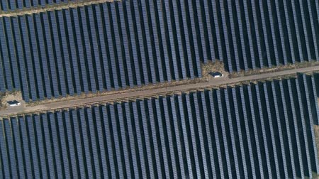 fotovoltaica : Aerial drone footage. Flight over solar panel farm top down view. Renewable green alternative energy