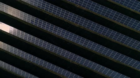 effectiviteit : Aerial drone footage. Flight over solar panel farm top down view. Renewable green alternative energy