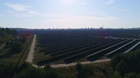fotovoltaica : Aerial drone footage. Flight over solar panel farm. Renewable green alternative energy Vídeos