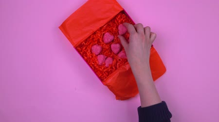 clipe de papel : Girls hands close a homemade gift top view