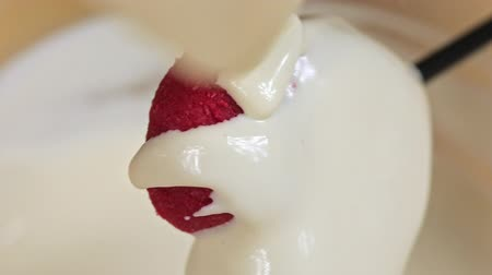 украшенный : Pouring cake pop in the form of a heart white chocolate, close-up
