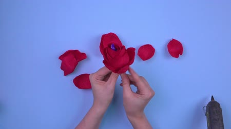 koncentracja : Top view making homemade paper roses for gift