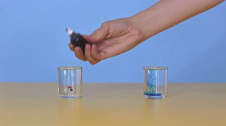vibráló : Physical experiment, coloring water in glasses and mixing