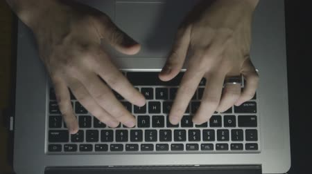 programování : an above shot of a laptop of fingers typing at a computer Dostupné videozáznamy