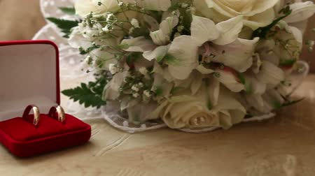 zaproszenie : Wedding rings in  the red  box in the background bridal bouquet video Wideo