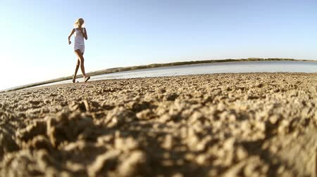 estilo de vida saudável : woman  runs along the beach healthy lifestyle girl athlete nature evening sunset