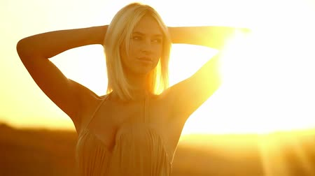 arzu : silhouette young  sexy  seductive portrait girl woman on sunset yellow desert sand Stok Video