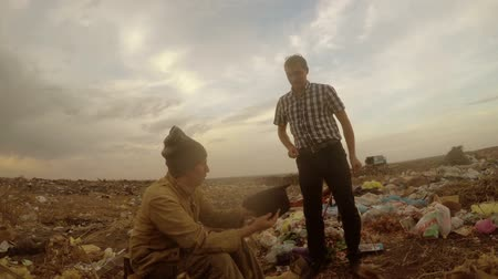 csavargó : unemployed  dump  homeless dirty looking  food  waste man in a landfill social  video Stock mozgókép