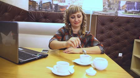 средний возраст : the  average age of a woman thick drinking coffee in a cafe working at a laptop freelancer lifestyle Стоковые видеозаписи
