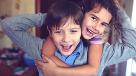 сестра : boy girl  hugging shout brother and sister happiness Стоковые видеозаписи