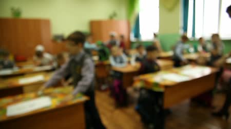 okula geri : blurred background group of kids in classroom at a school desk is lesson in school