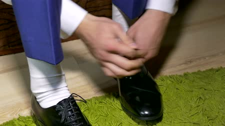 cipőfűző : man in white dress socks  to tie shoelaces shoes