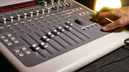 mikser : man brings music mixer music studio remote Stok Video