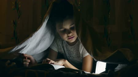 zseblámpa : girl reading book with flashlight under covers at night