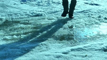 somente para adultos : man goes on travel journey in winter puddle snow Vídeos