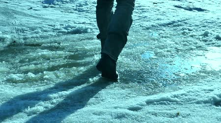 путешествие : man goes on travel journey in winter snow puddle Стоковые видеозаписи