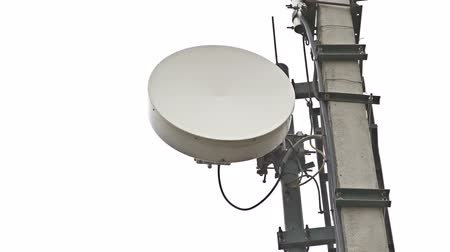 telekomünikasyon : Telecommunication plate dish tower with antennas with sky