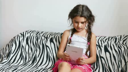 pré adolescente : girl and tablet