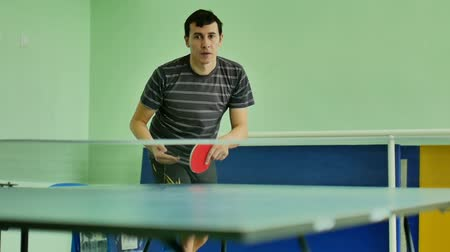 подача : man  feed serve playing sport athlete video table tennis slow motion