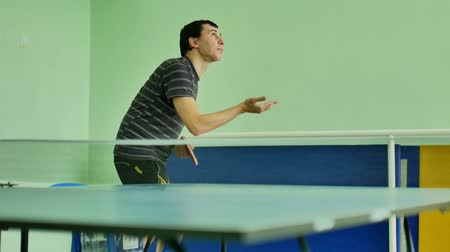 подача : man  feed serve playing athlete video table tennis sport slow motion