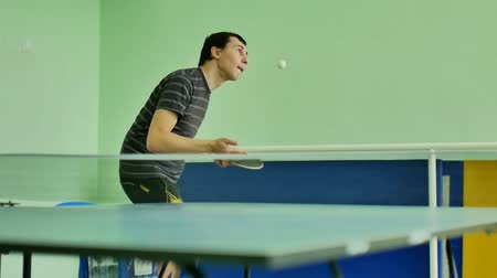 подача : man  feed serve playing athlete sport video table tennis slow motion Стоковые видеозаписи