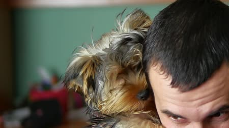 дружба : The man is friendly with the dog. Love of pets