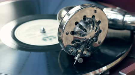 царапина : Tonearm needle of the old vintage gramophone slides along the track of the retro plate