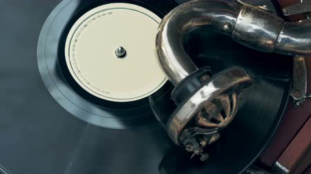 царапина : Tonearm needle of the old vintage gramophone slides along the track of the retro plate top-view