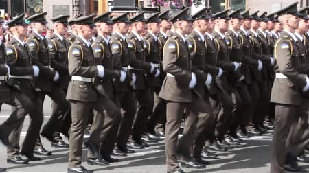 tropas : KIEV, UKRAINE - AUGUST 24, 2017: Military parade in Kyiv, to the Independence Day of Ukraine Rows of marching national police on Khreshchatyk street Stock Footage