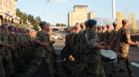 policista : KIEV, UKRAINE - AUGUST 24, 2017: Military parade in Kyiv, to the Independence Day of Ukraine Rows of marching national police on Khreshchatyk street Dostupné videozáznamy